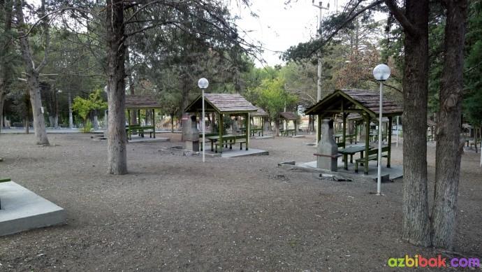 Burdur gölü çamlık alan piknik alanı ve masaları