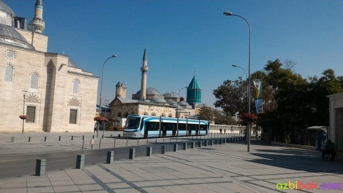 Mevlana Müzesi ve cadde üzerinden geçen tramvay