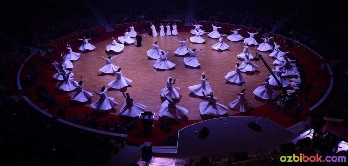 Oval Bir Sahnede Şeb-i Arus Törenlerinde Gösteri Yapan Birden Çok Semazen.