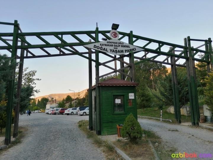 Gökpınar Gölü Giriş Kapısı ve Otoparkı - Gökpınar Gölü Kaymakam Galip Demirel Doğal Yaşam Parkı tabelası ve Güvenlik Kulübesi